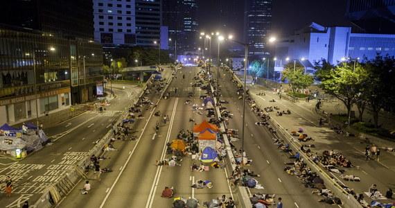 Po burzliwym tygodniu, gdy życie mieszkańców Hongkongu zakłócały prodemokratyczne protesty, do pracy wrócili m.in. urzędnicy pracujący w siedzibie lokalnych władz. Otwarto także szkoły średnie w centrum miasta, w których w ostatnich dniach odwoływano lekcje z powodu demonstracji. Pracę wznowiły też niektóre banki, które w ubiegłym tygodniu zamykały swe oddziały w miejscach objętych protestami. Kilkuset demonstrantów nadal protestuje w kilku częściach miasta.