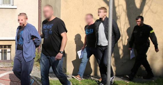 Na stadionie Ruchu Chorzów nie było bomby, ale ładunek zapalający - wynika z policyjnego eksperymentu. W sobotę przed meczem Górnik-Ruch odnaleziono paczkę na stadionie przy ulicy Cichej. Dwaj zatrzymani w tej sprawie mężczyźni czekają na prokuratorskie przesłuchanie.