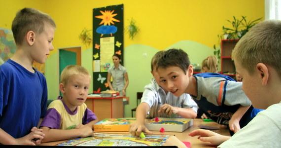 Będzie drugim domem, w którym młodzi ludzie dowiedzą się, czym jest wspólnota i nauczą się, jak się robi herbatę i gofry – takie zadanie ma nietypowa świetlica środowiskowa, która od poniedziałku działa w Aleksandrowie Łódzkim. Codziennie 30 dzieci znajdzie w tym miejscu opiekę, pomoc w odrobieniu lekcji, ciepło i rozrywkę.