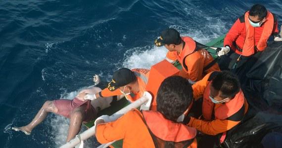 W okolicach Bali w Indonezji zatonęła łódź przewożąca gości weselnych. Zginęło 17 osób, reszta z prawie 50 osób jest poszukiwana.