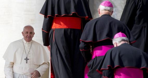 """Każdy kardynał może kupić w sklepie w Watykanie do 500 paczek papierosów miesięcznie, w tym 200 ze zniżką, i 400 litrów benzyny po obniżonej cenie. To niektóre z przywilejów purpuratów, wymienionych w dokumencie, który opublikowała """"La Repubblica""""."""