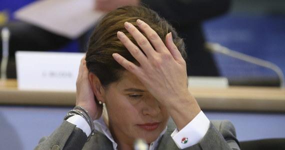 Skompromitowana przez prokomunistyczne występy Słowenka Alenka Bratuszek zrezygnowała z kandydowania na komisarza Unii Europejskiej. O jej decyzji poinformował w komunikacie przyszły szef KE Jean-Claude Juncker. Wczoraj Bratuszek została negatywnie zaopiniowana przez komisje Parlamentu Europejskiego ds. przemysłu i ds. środowiska na stanowisko wiceprzewodniczącej KE odpowiedzialnej za sprawy energetyczne.