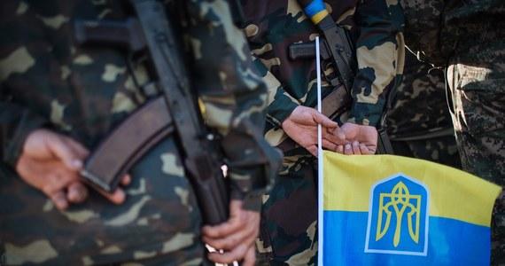 Prezydent Ukrainy Petro Poroszenko przyjął dymisję ministra obrony Wałerija Hełeteja. Nazwisko nowego szefa tego resortu będzie znane w poniedziałek, gdy szef państwa zgłosi je parlamentowi - poinformowała administracja prezydencka w Kijowie. Poroszenko oświadczył ponadto, że liczy na wstrzymanie ognia w rejonie Donbasu.