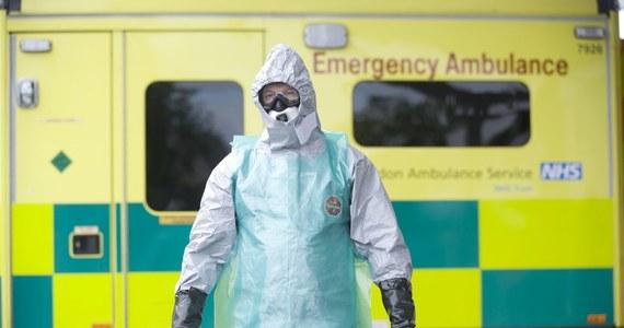 """Polacy boją się eboli i masowo kupują kombinezony chroniące przed chorobą na popularnych portalach aukcyjnych w internecie. Taki strój można nabyć już za 30 zł - donosi poniedziałkowy """"Fakt""""."""