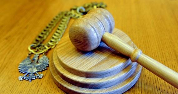 9 lat więzienia zamiast 13 lat – to kara dla matki ze Zduńskiej Woli w Łódzkiem, która tuż po urodzeniu poraniła córkę i wyrzuciła ją na śmietnik. Dziewczynka przeżyła cudem, bo płacz dziecka w koszu na śmieci usłyszeli przypadkowi przechodnie.