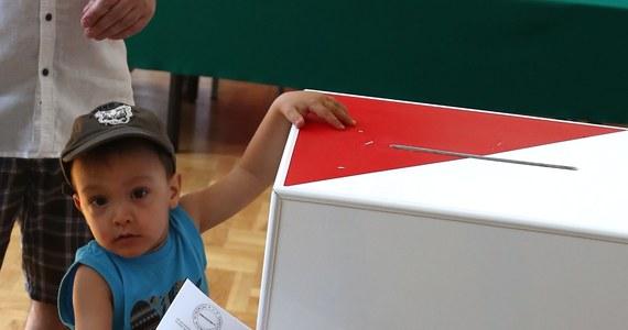 Idziesz do lokalu wyborczego, odbierasz karty do głosowania i wrzucasz je do urny. Co dalej? Sprawdź, jaką drogę przebiega Twój głos…