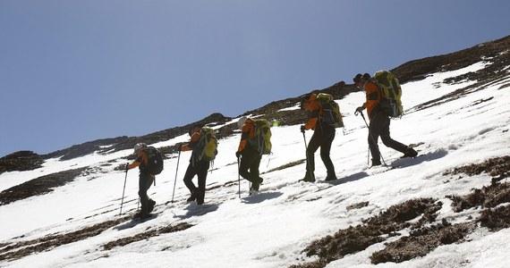 Nie żyje troje, a nie jak wcześniej podawano dwoje polskich turystów, którzy byli w rejonie przełęczy Thorong La w Himalajach. Zeszła tam lawina, zasypując kilkudziesięciu uczestników wyprawy trekkingowej. Jak dowiedział się reporter RMF FM Maciej Grzyb, w rejonie, gdzie doszło do zdarzenia, mogło być więcej Polaków.