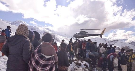 Już o 32 ofiarach lawiny w rejonie Annapurny w Himalajach donoszą media w Nepalu. Dzisiaj rano odnaleziono pięć nowych zaginionych - wśród nich było ciało Polki. Zwłoki dwóch innych Polaków znaleziono już wczoraj.