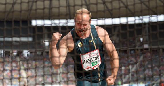 """Mistrz olimpijski i trzykrotny mistrz świata w rzucie dyskiem Niemiec Robert Harting rozpoczął świętowanie 30. urodzin w towarzystwie... """"wampirów"""". Tak popularnie są nazywani pobierający krew do testów kontrolerzy antydopingowi. Obudzili go już o godz. 6.20."""