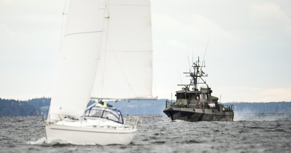 """Szwedzkie siły zbrojne poszukują w archipelagu sztokholmskim uszkodzonego rosyjskiego okrętu podwodnego - podała gazeta """"Svenska Dagbladet"""". Operacja rozpoczęła się już piątek, po tym jak osoba prywatna zadzwoniła z informacją, że widziała w archipelagu podejrzany obiekt. Teraz okazuje się, że już dzień wcześniej Szwedzi wychwycili zaszyfrowaną informację w języku rosyjskim."""