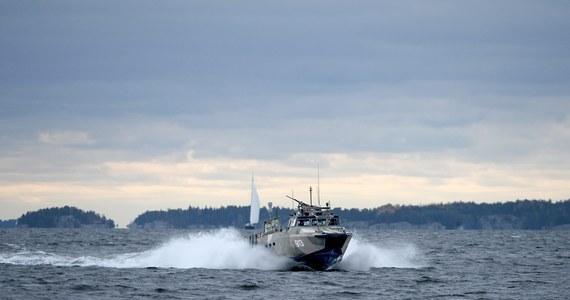Rosyjski tankowiec NS Concorde płynący na Bałtyku w sobotę wieczorem gwałtownie przybrał kurs na wschód. Stało się to po tym, jak ujawniono, że szwedzka armia szuka na wodach archipelagu sztokholmskiego rosyjskiej łodzi podwodnej typu Triton-NN. Szwedzkie media sugerują, że statek odebrał sygnał SOS od uszkodzonego okrętu podwodnego i już był w drodze na pomoc.