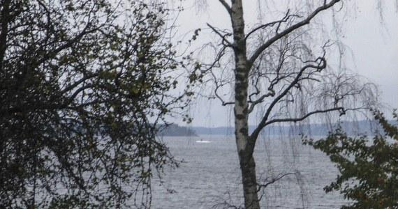Szwedzkie siły zbrojne zaprezentowały zdjęcie mogące świadczyć o obcej aktywności podwodnej w archipelagu sztokholmskim. Na wykonanej z dużej odległości fotografii widać niewielki obiekt wynurzający się z wody.