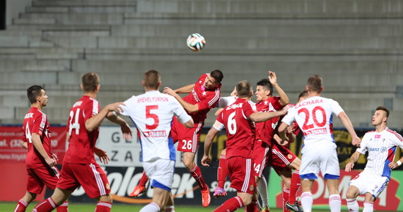 Wisła Kraków rozbiła na wyjeździe Górnika Zabrze 5:0 w niedzielnym spotkaniu 12. kolejki piłkarskiej ekstraklasy. Paweł Brożek zdobył trzy bramki, Bośniak Semir Stilic - dwie. Wcześniej Korona Kielce zremisowała u siebie z Lechem Poznań 2:2.