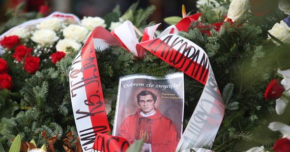 """Ks. Jerzy Popiełuszko przestrzegał, aby nigdy nie sięgać po przemoc; przekonywał, że trzeba reagować na łamanie praw człowieka - podkreślił w niedzielę biskup polowy WP Józef Guzdek podczas mszy św. w 30. rocznicę męczeńskiej śmierci błogosławionego. Mówił też, że ks. Jerzy """"wielokrotnie przekonywał, że nie wolno pozostać biernym i nie reagować na łamanie podstawowych praw człowieka oraz poniżanie jego godności""""."""
