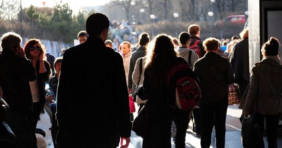 """""""W Polsce mieszka o 2 mln osób mniej niż podaje GUS. Tak wynika z najnowszych danych Eurostatu"""" - pisze """"Rzeczpospolita"""" na pierwszej stronie poniedziałkowego wydania. Podkreśla, że nasz kraj wyludnia się w dramatycznie szybkim tempie."""