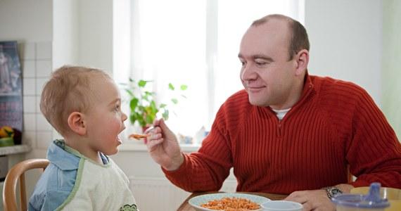 Przekarmianie dzieci może prowadzić do otyłości, bulimii, a nawet anoreksji - alarmują eksperci. Według nich zmuszanie dzieci do jedzenia jest w Polsce nadal dużym problemem.