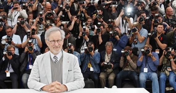 """Steven Spielberg będzie kręcił film we Wrocławiu. W produkcji pod roboczym tytułem """"St. James Place"""" główną rolę gra Tom Hanks. Na razie na ulicy Kurkowej we Wrocławiu zaczęła się budowa dekoracji. Zdjęcia ruszą w drugiej połowie listopada."""