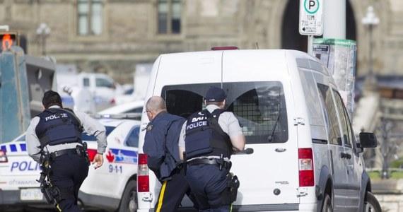 Policja zastrzeliła napastnika, który postrzelił kanadyjskiego żołnierza przed parlamentem w Ottawie, a później wtargnął do środka budynku. Funkcjonariusze nie wykluczają, że napastników mogło być więcej. Trwa obława. Postrzelony żołnierz zmarł. W sumie do strzelanin doszło w dwóch miejscach.