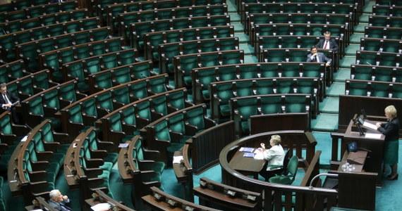 Większość klubów jest przeciw zmianom w Kodeksie pracy autorstwa Platformy Obywatelskiej. Twierdzą, że to próba wprowadzenia sześciodniowego tygodnia pracy. Sama Platforma zapewnia, że zmiany nie oznaczają odebrania wolnych sobót. W czwartek projekt zostanie poddany głosowaniu.