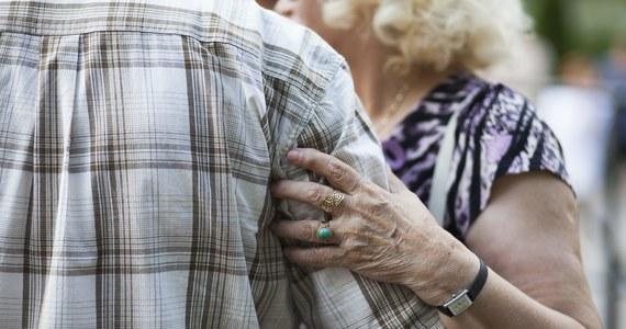 """Mają średnio 1415 zł dochodu miesięcznie, a także często komputer, komórkę i samochód. Chodzi o emerytów, wśród których biedy jest coraz mniej - czytamy w """"Dzienniku Gazecie Prawnej""""."""