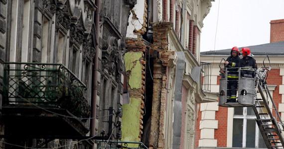 Poszukiwane trzy osoby w gruzowisku kamienicy w Katowicach to dziennikarka TVP Brygida Frosztęga-Kmiecik, jej mąż - reporter Faktów TVN Dariusz Kmiecik, oraz ich dwuletni syn. Na miejscu wciąż trwa akcja ratunkowa. Rano doszło tam do wybuchu gazu. 5 osób zostało rannych.