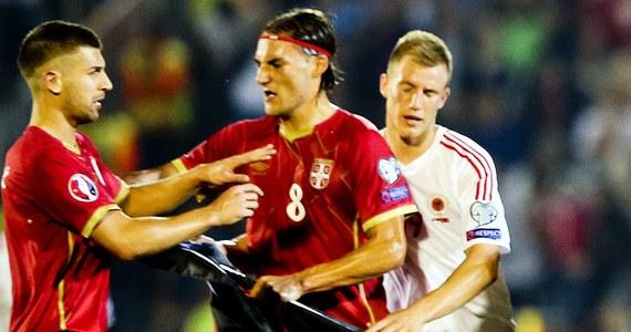 """Specjalna komisja UEFA rozpoczęła w Nyonie przesłuchania w związku z przerwaniem meczu Serbii z Albanią w eliminacjach Euro 2016, rozgrywanego 14 października w Belgradzie. Spodziewane sankcje mają być ogłoszone w piątek. Powodem przerwania spotkania pod koniec pierwszej połowy (przy stanie 0:0) był incydent z przyczepioną do drona flagą przedstawiającą mapę """"Wielkiej Albanii"""" oraz albańskie godło, która pojawiła się nad stadionem."""