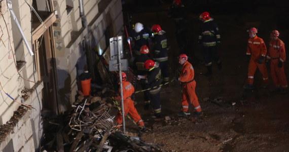"""Ratownicy dotarli do ciała jednej osoby. Jak dowiedziała się reporterka RMF FM jest to mężczyzna. """"Po chwili dotarliśmy do 2 pozostałych osób"""" – powiedzieli strażacy przed godz. 23:00 w czwartek Katowicach. Wiadomo, że po wybuchu gazu strażacy poszukiwali dziennikarza TVN Dariusza Kmiecika, jego żony - również dziennikarki - Brygidy Frosztęgi-Kmiecik i ich dwuletniego syna."""