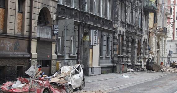 Nie można na razie przesłuchać mężczyzny, który wczoraj po zawaleniu się kamienicy przy ul. Chopina w Katowicach trafił do Centrum Leczenia Oparzeń w Siemianowicach Śląskich. Pacjent ma poparzone 60 procent powierzchni ciała. Prokuratorzy nie wykluczają, że to w jego mieszkaniu mogło dojść do wybuchu gazu.