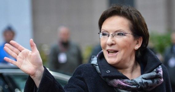 """Decyzje podjęte w Brukseli na szczycie Unii Europejskiej uderzają w polską gospodarkę i spowodują wzrost cen energii - twierdzą politycy Prawa i Sprawiedliwości. Ich zdaniem premier Ewa Kopacz powinna była zawetować ustalenia w sprawie redukcji CO2. """"To jest ubezwłasnowolnienie Polski wobec naszych partnerów unijnych; z konkluzji szczytu zadowoleni mogą być Niemcy, Francuzi i Rosjanie. Efekty szczytu uderzą w polską gospodarkę, polskie górnictwo, oznaczają zamykanie kopalń, spadek rozwoju gospodarczego naszego kraju oraz bezrobocie"""" - oświadczył szef klubu PiS Mariusz Błaszczyk."""
