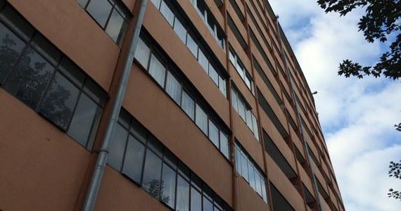 Śledczym udało się przesłuchać 24-latka, który jako jedyny przeżył imprezę w bloku na gdańskim Przymorzu. Jak informował reporter RMF FM Kuba Kaługa, trzech studentów najpewniej wspólnie zażywało dopalacze lub leki psychotropowe. Jeden z nich zginął po upadku z piątego piętra, drugi zmarł w karetce mimo reanimacji. 24-latek, który trafił do szpitala, powiedział śledczym, że nie wiedział, że ktokolwiek wypadł lub wyskoczył z okna czy balkonu.
