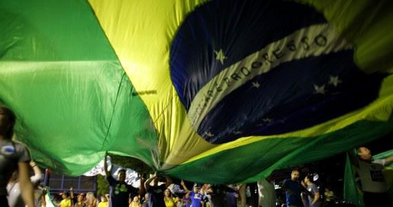 Selekcjoner piłkarskiej reprezentacji Brazylii - Dunga wprowadził nowy kodeks zachowania. Jego podopiecznym nie wolno nosić nakryć głowy, kolczyków, ani klapek. Nie powinni też rozmawiać na tematy polityczne i religijne. Ponadto mają ograniczony dostęp do telefonów komórkowych i tabletów, a za dodatkowe wydatki podczas zgrupowań muszą płacić z własnej kieszeni.