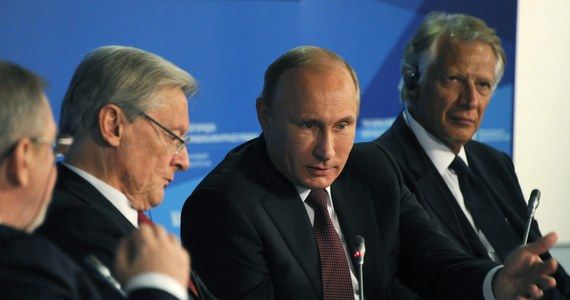 """Prezydent Rosji Władimir Putin oświadczył, że nie jest prawdą, iż Rosja próbuje odbudować imperium i godzi w suwerenność swoich sąsiadów. Zapewnił też, że Moskwa nie zmierza tworzyć jakichś bloków i wdawać się w """"wymianę ciosów"""". Komentując sytuację na Ukrainie, Putin oświadczył, że to USA i Unia Europejska ponoszą odpowiedzialność za to, że kraj ten pogrążył się w chaosie. Przy okazji posiedzenia Klubu Wałdajskiego w Soczi prezydent Rosji przypomniał, że Lwów był polskim miastem."""