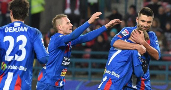 Piłkarze Wisły Kraków w piątkowym meczu, w trakcie którego kibicom i piłkarzom dokuczało przenikliwe zimno, pokonali Podbeskidzie 3:2. Krakowianie przez większą część spotkania mieli przewagę, ale na przerwę schodzili przegrywając 0:1.