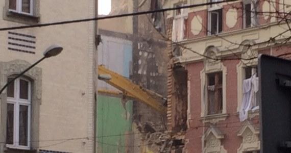 Trwa wyburzanie części kamienicy, która dwa dni temu zawaliła się w Katowicach przy ulicy Chopina - informuje nasza reporterka Anna Kropaczek. Przy użyciu ciężkiego sprzętu usuwane są fragmenty budynku, które w każdej chwili mogłyby runąć.
