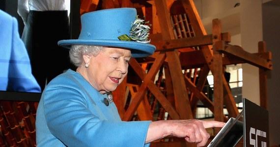 Brytyjska monarchia nie będzie już taka sama. Królowa Elżbieta II wysłała pierwszego w swoim życiu tweeta.