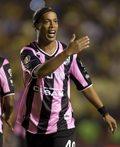 Ronaldinho kopnął rywala w głowę i nawet nie dostał kartki