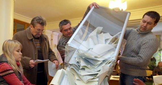 """Wczorajsze wybory parlamentarne na Ukrainie odbyły się w większości zgodnie z normami demokratycznymi - oceniła Organizacja Bezpieczeństwa i Współpracy w Europie. """"Wybory stanowiły ważny krok w dążeniu Ukrainy do wzmacniania demokratycznych wyborów zgodnie z jej międzynarodowymi zobowiązaniami"""" - oświadczył Kent Harstedt z OBWE."""