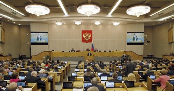 Zwrotu paszportów dyplomatycznych zażądał od deputowanych przewodniczący rosyjskiej Dumy Państwowej. Parlamentarzyści mają je oddać do końca miesiąca. Będą je otrzymywać tylko na konkretne wyjazdy uzgodnione z władzami. Za niepożądane uznano samodzielne wyjazdy deputowanych za granicę.