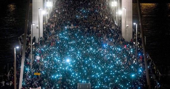 Ponad 10 tys. ludzi ponownie demonstrowało we wtorek wieczorem w Budapeszcie przeciw forsowanym przez rząd Węgier planom opodatkowania przesyłu danych w internecie. Było to tematem debaty  parlamentarnej, która odbyła się tego samego dnia.