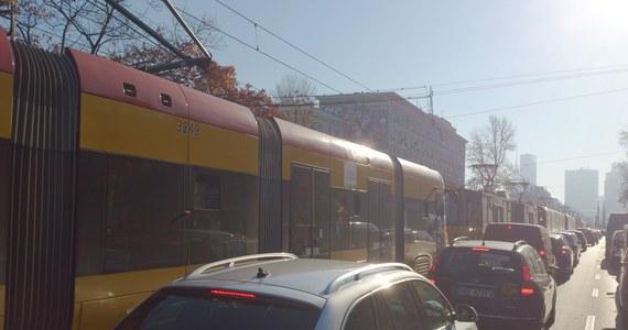 Poważne utrudnienia na alejach Solidarności i Jana Pawła II w Warszawie. Rano w pobliżu Kina Femina - zderzyły dwa tramwaje. W wypadku ranne zostały dwie osoby. Po dwóch godzinach skrzyżowanie udało się odblokować.  Ale samochody stały we wszystkich kierunkach: Żoliborza, Mokotowa, Bemowa i Pragi.