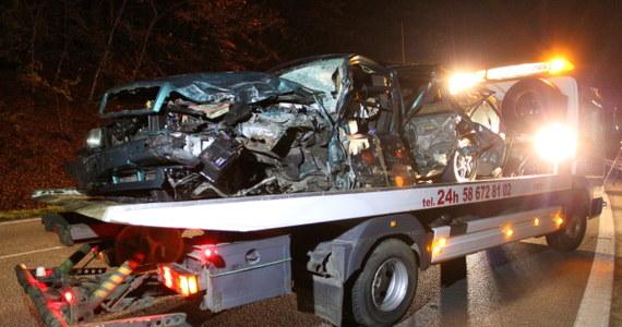 Co najmniej od wiosny tego roku powinien być w więzieniu sprawca wczorajszego wypadku w Rekowie Dolnym na Pomorzu. Mężczyzna miał odbyć karę m. in. za wielokrotne łamanie zakazu prowadzenia pojazdów. Zignorował jednak wyrok sądu. Wczoraj, uciekając samochodem przed policją, 41-latek spowodował wypadek, w którym zginęły trzy osoby - w tym sprawca - a kolejne trzy zostały ranne.