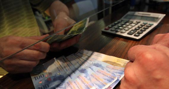 Jest szansa na pomoc dla osób spłacających kredyty we frankach szwajcarskich. Nagłego wzrostu kursu waluty boi się premier. Ewa Kopacz poprosiła szefa Komisji Nadzoru Finansowego o informację na temat tego, o ile mogą wzrosnąć raty kredytów hipotecznych w tej walucie, gdyby frank nagle podrożał.