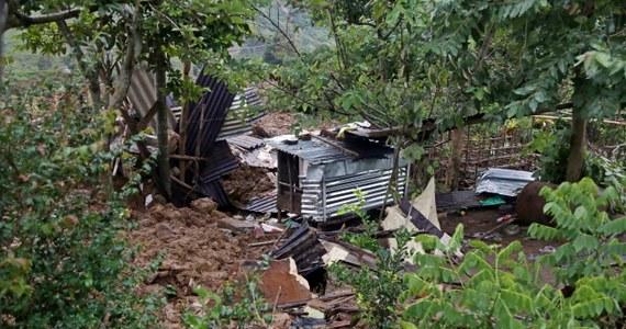 """Około stu osób zginęło pogrzebanych żywcem przez lawinę błotną wywołaną ulewnymi deszczami monsunowymi, które nawiedziły region plantacji herbaty w środkowej Sri Lance. """"Nie ma szans, by ktoś z nich przeżył"""" - poinformowała minister ds. zarządzania kryzysowego Mahinda Amaraweera."""