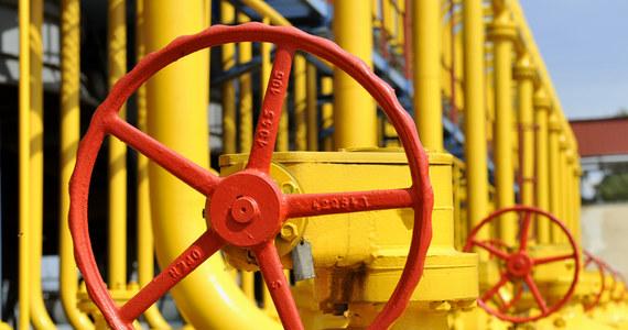 Przedstawiciele Komisji Europejskiej, Rosji i Ukrainy podpisali w Brukseli porozumienie ws. warunków dostaw gazu dla Ukrainy przez okres zimowy do końca marca 2015 r.Trójstronne rozmowy z udziałem komisarza ds. energii Guenthera Oettingera, ministra energetyki Ukrainy Jurija Prodana, ministra energetyki Rosji Aleksandra Nowaka a także szefów Naftohazu Andrija Kobolewa i Gazpromu Alekseja Millera trwały od środowego popołudnia.