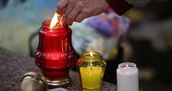 Wszystkich Świętych to dzień, w którym wspomina się zmarłych. Święto celebruje się w każdym kościele katolickim na świecie. Na 1 listopada wyznaczył je papież Grzegorz IV w 837 roku.