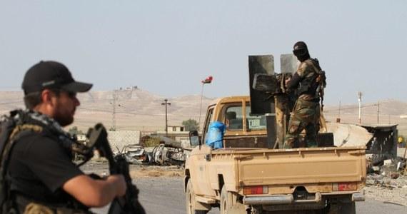 Dżihadyści z Państwa Islamskiego zabili co najmniej 85 członków plemienia Albu Nimr w prowincji Al-Anbar na zachód od stolicy Iraku. Masowych mordów islamiści dokonali w akcie zemsty za stawianie im oporu.