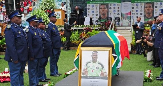 """Około 30 tys. osób uczestniczyło w pożegnaniu na stadionie w Durbanie kapitana piłkarskiej reprezentacji RPA Senzo Meyiwy, zastrzelonego 26 października w domu swojej dziewczyny. """"Cały naród płacze. Nasze serca krwawią. Najbardziej z tego powodu, w jaki sposób On zginął"""" - powiedział podczas uroczystości burmistrz Durbanu James Nxumalo."""