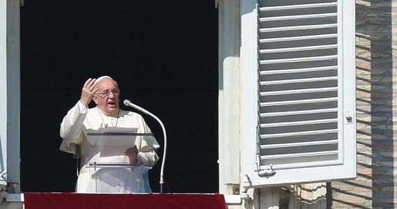 """Podczas spotkania z wiernymi w Zaduszki papież Franciszek wezwał, by tego dnia wspominać wszystkich zmarłych, także tych, o których nikt nie pamięta. """"Wspominajmy ofiary wojen i przemocy, tylu maluczkich świata, przygniecionych przez głód i ubóstwo""""- mówił."""