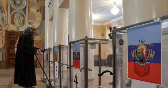 """""""Wybory władz prorosyjskich republik ludowych, donieckiej i ługańskiej to farsa, która odbywa się pod lufami karabinów"""" - oświadczył wieczorem prezydent Ukrainy Petro Poroszenko. """"Wybory te łamią ustalenia pokojowe z Mińska"""" - dodał."""