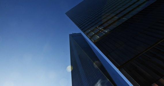 Po ponad 13 latach od ataków terrorystycznych na bliźniacze wieże Centrum Handlu Światowego w Nowym Jorku, w poniedziałek formalnie rozpoczęło działalność nowe Centrum mieszczące się w najwyższym obecnie wieżowcu w USA wzniesionym na miejscu tragedii.